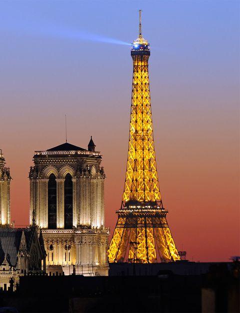 <p>Todas las noches 20.000 bombillas se encienden durante 5 minutos cada hora. La torre adopta un precioso color dorado que la hace brillar más que nunca en la ciudad del amor.</p>