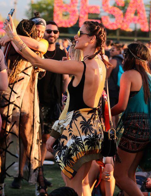 """<p>A estas alturas, está claro que las&nbsp;<a href=""""http://www.elle.es/belleza/pelo/boxer-braids"""" target=""""_blank"""">Boxer Braids</a> serán uno de los peinados estrella del verano. <strong>Alessandra Ambrosio</strong> lo sabe y no duda en lucirlas en Coachella.</p>"""