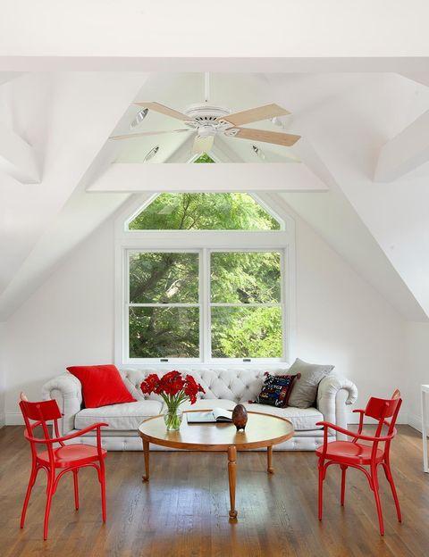 <p>El principal objetivo de la diseñadora Cecilia Dupire fue maximizar la interacción entre el interior y el exterior. Por eso eliminó tabiques y creó una extensión del salón con ventanales y puertas acristaladas, que permiten disfrutar de las vistas del jardín.</p>