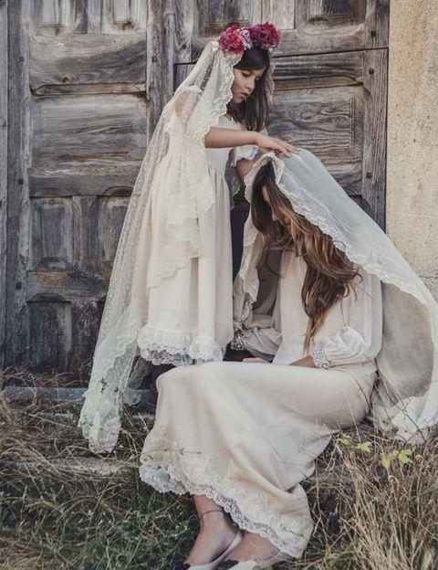 """<p>De la mano de las hermanas Carmen y María nace <a href=""""http://www.mapetitearras.com/"""" target=""""_blank""""><strong>Ma Petite</strong></a>, y para ellas las niñas de arras tienen la misma importancia que la propia novia. Su estilo se caracteriza por las prendas de raso adornadas con delicados encajes para conseguir un efecto vintage encantador. A día de hoy María trabaja en el taller de Sevilla y Carmen lleva el de Madrid.</p>"""