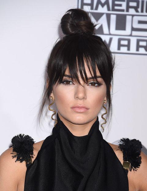 <p><strong>Kendall Jenner</strong> ha encendido la mecha con este impecable peinado: 'top knot' con flequillo recto y ligeramente despeinado. Sencillo y eficaz.</p>
