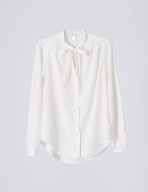 <p>Blusa con lazada al cuello de&nbsp;<strong>BLANCO</strong> (23 €).</p>