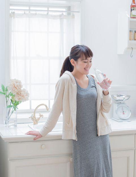 """<p><strong>""""Beber agua en ayunas activa el metabolismo y, por un reflejo gastrocólico</strong>, estimula rápidamente el aparato digestivo, lo cual desencadena el reflejo de defecación, disminuyendo la incidencia de estreñimiento"""", dice Chazín. Además, esta buena costumbre, """"<strong>contribuye a la hidratación a primeras horas de la mañana tras las horas de sueño</strong> en las que el organismo ha estado realizando sus funciones fisiológicas y generando sustancias de desecho, que eliminaremos mediante la orina"""".</p><p></p>"""