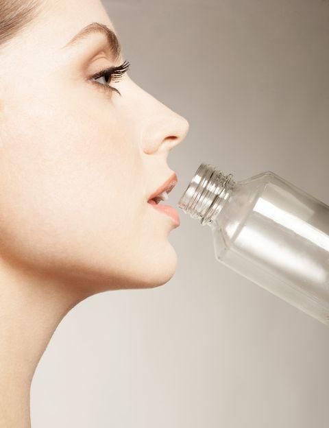 """<p>""""El agua es parte fundamental de la composición corporal del ser humano, <strong>somos agua en más de un 70%""""</strong>, dice la nutricionista Verónica Chazín, de <a href=""""http://www.gobalance.es/"""" target=""""_blank"""">Go Balance</a>. """"Interviene en la mayor parte de nuestros procesos fisiológicos, por lo que beberla es algo necesario e imprescindible para nosotros"""", añade. ¿El primer beneficio? """"Nos ayuda a regular la temperatura corporal mediante la sudoración"""".</p><p>&nbsp;</p>"""