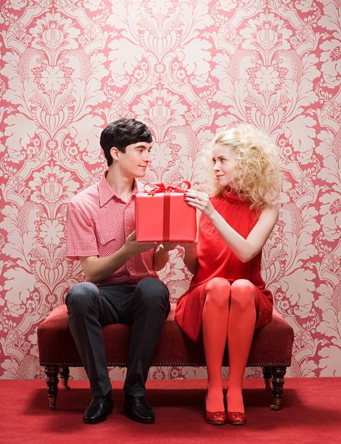 """<p>""""A la hora de hacer un regalo a nuestra pareja, debemos dar rienda suelta a nuestra imaginación, siendo <strong>creativos y dejando atrás un simple gasto de dinero""""</strong>, recomienda Cahue. """"Querer bien a la pareja es gratis, un gesto de cariño tiene más valor y aporta muchos más beneficios a nuestra vida. Amar bien consiste en <strong>ser capaz de dar a la pareja no tanto lo que uno crea o quiera darle</strong>, sino lo que realmente necesita para ser feliz"""", añade.</p><p>&nbsp;</p>"""