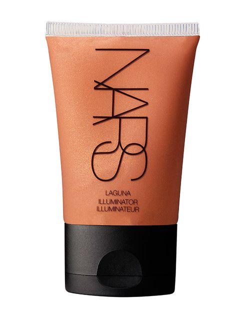 <p>Aplicar un iluminador en los pómulos y el puente de la nariz puede que sea todo el maquillaje que necesites en verano. Una buena idea es mezclar unas gotas de iluminador líquido con tu crema hidratante: conseguirás un brillo favorecedor con el que no necesitarás nada más.</p><p>Iluminador 'Laguna' (31 €), de&nbsp;<strong>Nars</strong>.</p>