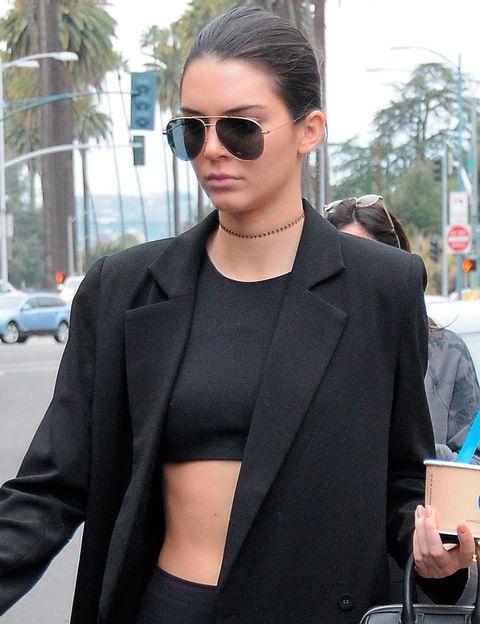 <p>Otro look de calle a cargo de Kendall esta vez con un modelo metalizado.&nbsp;</p>