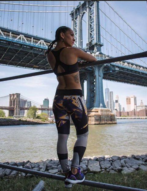 """<p>Mitad cubana, mitad puertorriqueña y cien por cien neoyorquina, <strong>esta instructora de Peloton Cycle es una mezcla entre Madonna y Jennifer López</strong>. Ahí donde la veis, Arzon era abogada y lo dejó todo por su pasión: el running, el cycling y el ultramaratón. <strong>Su mantra fit.</strong> """"Creo firmemente en el poder del sudor como motor para cambiar el mundo"""". Esta coach de running ha participado 16 veces en el Maratón de Nueva York y <strong>le encanta entrenar en las calles de Nueva York, Brooklyn y Queens</strong> empapándose del ambiente, así que si eres runner y urbanita, ella puede ser tu inspiración. Para Arzon, Nueva York es como su novio. <strong>Sus clases.</strong> Estás de enhorabuena si eres fan del spinning, ya que podrás seguir sus clases en <a href=""""https://www.pelotoncycle.com/"""" target=""""_blank"""">Peloton Cycle</a>, un vanguardista estudio que ofrece <strong>sesiones de ciclo indoor a domicilio a través de espectaculares retransmisiones</strong> en directo. <strong>La encontrarás en.</strong> Su <a href=""""http://www.robinarzon.com/"""" target=""""_blank"""">web</a>, donde verás vídeos inspiracionales y de entrenamiento, e Instagram (<a href=""""https://www.instagram.com/robinnyc/"""" target=""""_blank"""">robinyc</a>).</p><p></p>"""