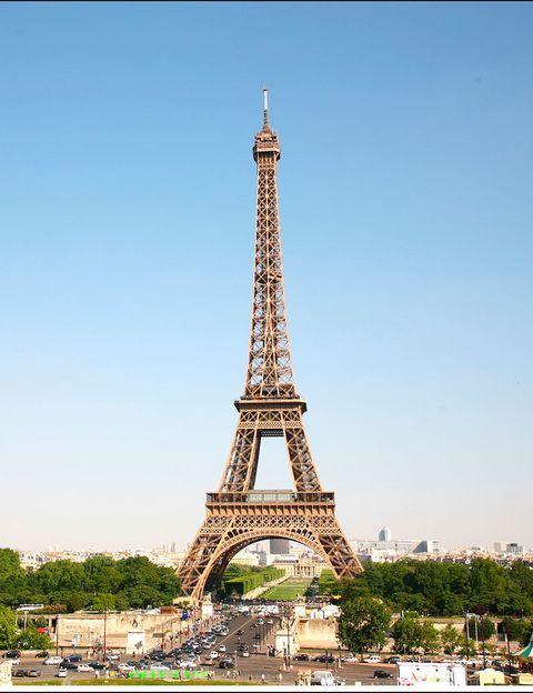 <p>La Torre Eiffel sirvió como presentación a la Exposición Universal de París de 1889. En un principio iba a tener una vida de 20 años y se destruiría, pero la instalación de antenas en su cima hicieron que fuese un monumento de gran utilidad. Ello le valió perdurar para siempre.</p>