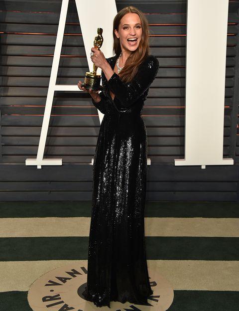 <p>La ganadora del Oscar a Mejor Actriz de Reparto, <strong>Alicia Vikander</strong>, se cambió de vestido para acudir a una de las post fiestas. En esta ocasión lució un espectacular modelo negro con lentejuelas de&nbsp&#x3B;<strong>Louis Vuitton.&nbsp&#x3B;</strong></p>