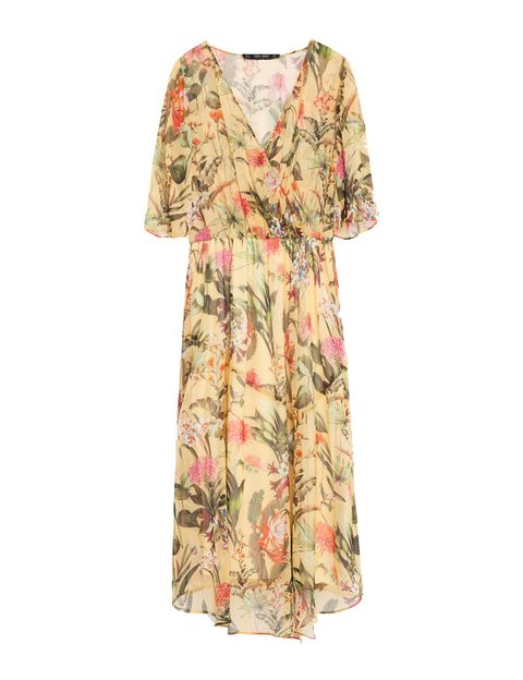 <p>Un ejemplo claro de que comprando este vestido de Zara (39,95 €) si ya tienes salones, boso y americana negros, no necesitas más.</p>