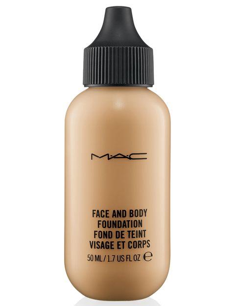 """<p>El primer paso, aplicar la base de maquillaje <a href=""""http://www.maccosmetics.es/product/shaded/158/32553/Productos/Rostro/Bases-de-Maquillaje/Studio-Face-and-Body-Foundation-50-ml/index.tmpl"""" target=""""_blank"""">M·A·C Studio Face &amp; Body Foundation</a>. Proporciona una cobertura ligera-media regulable y un acabado natural satinado y sin imperfecciones. Además acondiciona la piel, es resistente al agua y de larga duración. </p>"""