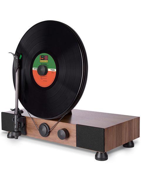 """<p>Con el tocadiscos 'Floating Record' de <a href=""""http://www.gramovox.com/"""" target=""""_blank""""><strong>Gramovox</strong></a> presumirás de vinilos mientras los reproduces en vertical sobre el plato en lugar de horizontal. 'Cool'! (377 €).</p>"""