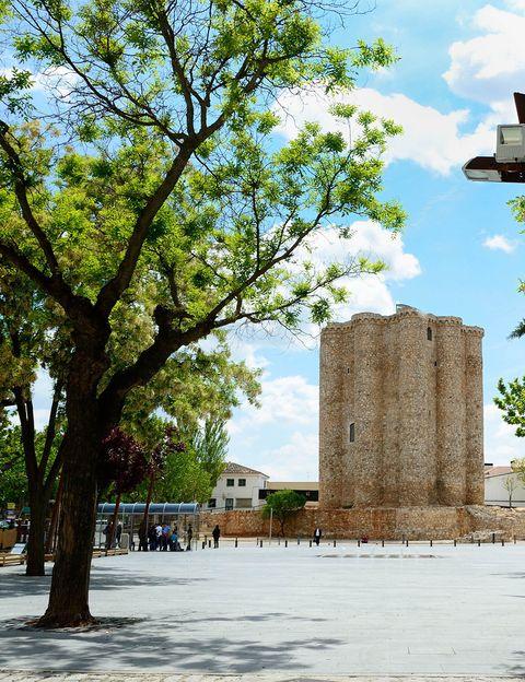 """<p>Es una localidad cargada de historia en el Sureste de la Comunidad de Madrid, se encuentra entre los viñedos y olivares de la Comarca de Las Vegas. <a href=""""http://www.turismovillarejodesalvanes.com/"""" target=""""_blank""""><strong>Villarejo de Salvanés</strong></a> fue fundado a mediados del siglo XIII por la Orden Militar de Santiago, y lo hicieron en torno a un primitivo castillo que a día de hoy resulta el principal reclamo turístico. Esta fortaleza fue la pieza básica del control militar de los territorios colindantes durante la reconquista y los posteriores encuentros bélicos. Desde lo alto de la imponente torre se puede disfrutar de unas vistas excepcionales de la villa y de los páramos a su alrededor. Pero el grandioso castillo no es lo único que debemos detenernos a ver, la Casa de la Tercia, la Iglesia Parroquial de San Andrés y el Santuario de Ntra. Sra. de la Victoria de Lepanto son otros monumentos que fueron decisivos para que Villarejo de Salvanés fuera declarado Conjunto Histórico-Artístico en 1974.</p><p>A lo largo del año, se celebran diversos festejos y eventos que nos sumergen en la tradición y en el sentir de sus gentes, pero las Fiestas del 7 de octubre en honor a Ntra. Sra. de la Victoria de Lepanto, son sin duda las más auténticas.</p><p>Como pueblo históricamente agrícola y ganadero, en su gastronomía destacan platos como las gachas, conejo al ajillo, patatas con conejo, asados de cordero o judías con perdiz. Pero no puedes irte sin probar las famosas rosquillas de la Tía Javiera, que se venden en la pastelería con el mismo nombre (Calle Lepanto, 2).</p>"""
