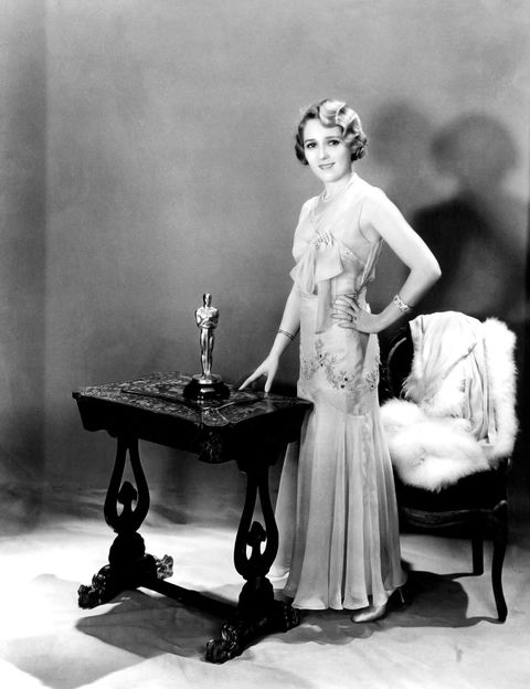 <p>Su papel de la pícara Norma Besant en 'Coqueta' (Sam Taylor, 1929) hizo merecedora a la superestrella del momento de su único Oscar a la Mejor Actriz. Lo recogió con este precioso vestido con apliques joya, de diseñador desconocido.</p>