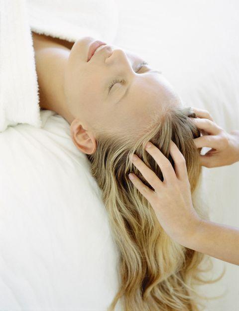 """<p>Terapia anti caída</p><p>""""Con los masajes capilares conseguimos movilizar la piel del cuero cabelludo, para propiciar una mejor y más fluida circulación sanguínea. Con ello conseguimos que los folículos se alimenten, y crezca el cabello más sano"""", dice la experta. Según Jiménez, """"el masaje capilar, aparte de ser placentero, es ideal para estimular el crecimiento de un cabello saludable ya que al relajar el cuero cabelludo conseguirnos un cabello sin estrés, por lo tanto más brillante y limpio durante más tiempo"""".</p><p></p>"""