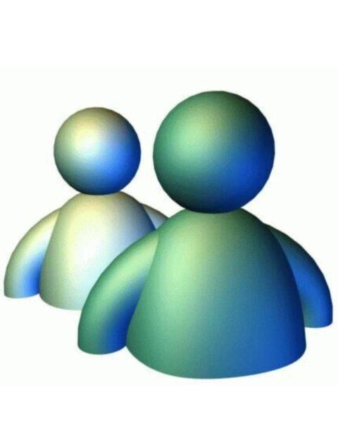 <p> <strong>Qué era:</strong> Era un chat particular que podías charlar con tus contactos de Hotmail, al principio con cada uno de ellos por separado. ¿Quién no ha tenido alguna vez los chats minimizados mientras curraba -ejem-o hacía un trabajo del cole?<br /> <strong>Visto años después...</strong> Nos hace pensar cómo éramos tan dependientes del ordenador para comunicarnos con los amigos. Y nos hace recordar con cariño aquellos primeros emoticonos: :-), ;-)...<br /><strong>¿Lo recuperamos?</strong> No. Servicios de mensajería instantánea en el móvil tipo WhatsApp o Telegram han sustituido a Messenger y no lo echamos de menos.</p>