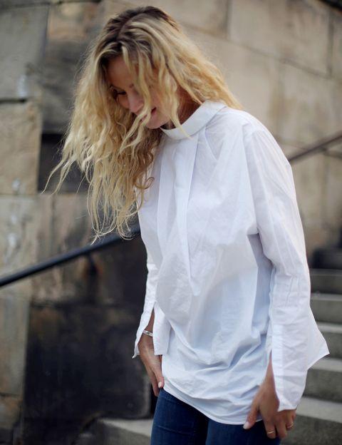 <p>Así queda la camisa blanca dada la vuelta. Tendrás que acostumbrarte al efecto.</p>