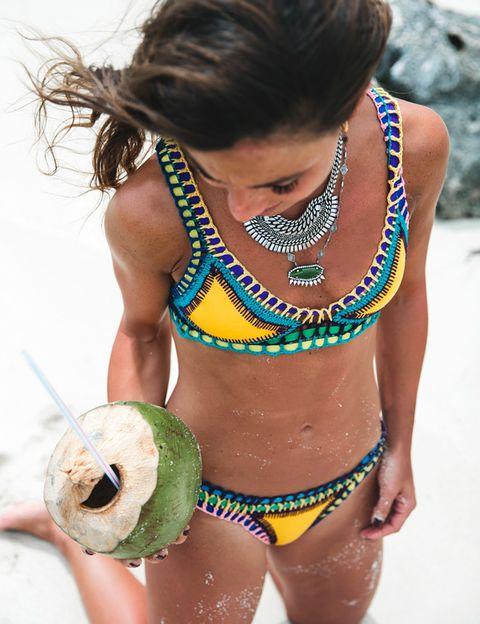 <p>Paula Ordovás lo lleva espectacular en la playa con collar étnico.</p>