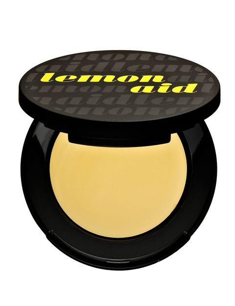 <p>&quot;El color amarillo neutraliza las imperfecciones violáceas, como ojeras muy moradas y hematomas&quot;, cuenta Ciarán. Desde Dior añaden un uso extra: &quot;También sirve para neutralizar la carnación de los labios con tendencia azul, para exaltar el color verdadero del rojo de labios&quot;.</p><p>'Lemon Aid' (25 €), de&nbsp;<strong>Benefit</strong>.&nbsp;</p>