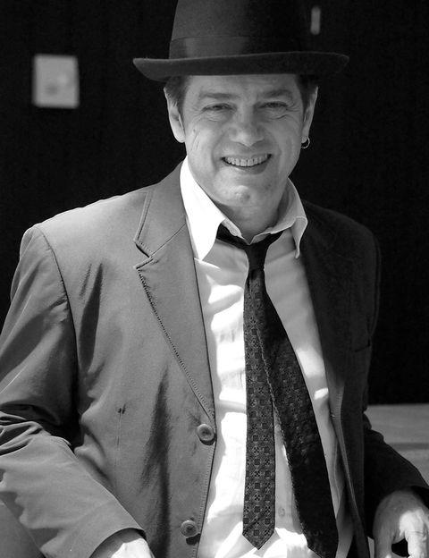 """<p>En España hay músicos, hay autores, y luego está Santiago Auserón. Él ha sabido explorar como nadie las influencias latinas, europeas y americanas en la música española y darles un nuevo toque, el de un auténtico 'rapsoda crooner'. Ya dejó claro su talento en el pop-rock con Radio Futura y enseñó cómo introducir fuentes latinas en la música en su etapa con Juan Perro, y ahora Auserón se hace acompañar de grandes orquestas con las que versiona sus propias canciones. El 22 de junio estará en el <a href=""""http://www.teatroarriaga.com/programacion/santiago-auseron-bos-vagamundo/"""" target=""""_blank"""">Teatro Arriaga</a> de Bilbao acompñaado de la Bilbao-Bilbao Orkestra Sinfonikoa en un evento que trasciende el mero conciero para convertirse en una lección mágica y maestra.</p><p>&nbsp;</p>"""