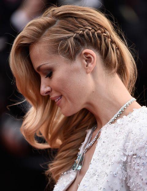 <p>&nbsp;¿Suelto?¿Recogido? Mejor un término medio: esta trenza lateral con ondas glamourosas que lució <strong>Petra Nemcova</strong> en la edición 2015 es el peinado ideal para lucir sobre la alfombra roja.</p>