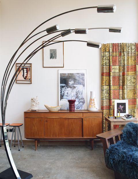 <p>Corine ha creado un rincón muy especial con un aparador de Roche Bobois y, sobre él, lámpara cerámica, de Sylvana Mattozzi; frutero de cerámica St Clément, de los años 60; jarrón art decó y lámpara <i>Accolay</i>. En la pared, tela de los 50, <i>Océanie,</i> de Galeries Lafayette; pintura, de P. Seht, y fotografía, de Geoffroy de Boismenu.</p>