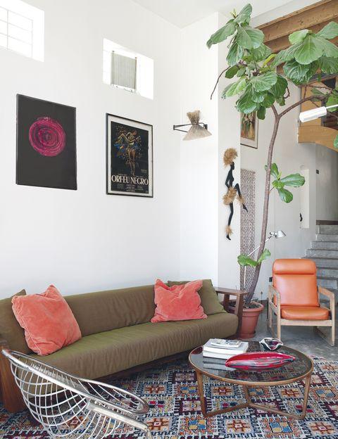 <p>Mezcla de materiales y épocas con un sofá<i> InOut</i>, de Paola Navone, y cojines, de Ikea; butaca metálica de los 70. En la pared, serigrafía <i>Introspection</i>, de Lezard, y cartel original, de Orfeu Negro (Marcel Camus, 1959), de G. Allard.</p>