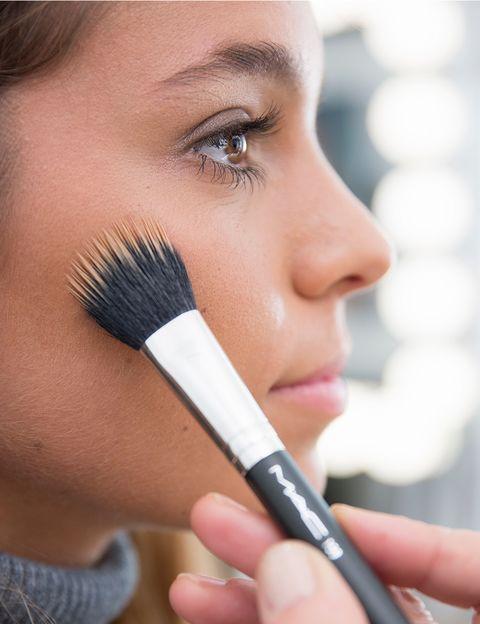 <p>Fijar la base de maquillaje y esculpir el rostro es esencial para lucir una piel fresca y uniforme. </p>