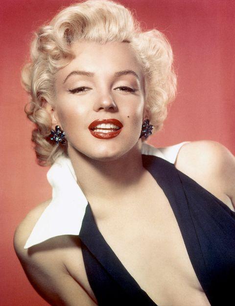 <p>Este es el look con el que&nbsp;<strong>Marilyn Monroe</strong> ha pasado a la posteridad: melena rubia rizada, labios rojos y ojos marcados. Y, según se dice, su autor es ni más ni menos que el legendario maquillador Max Factor.&nbsp;</p>