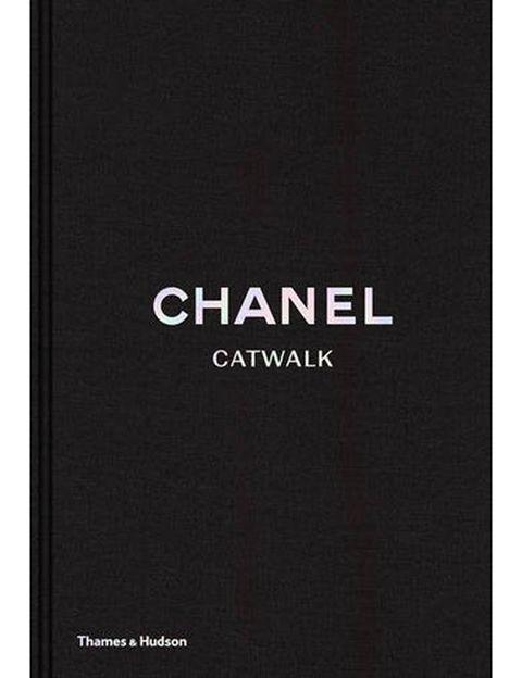 <p>'Chanel Catwalk' (Thames &amp&#x3B; Hudson, 63 euros aprox.) aparece el 14 de junio con una exhaustiva recopilación de todos los desfiles de Chanel desde que Karl Lagerfeld se hiciera cargo de la dirección creativa de la 'maison', en 1983. Este libro ofrece un repaso único por un importante segmento de la historia de la moda, a la vez que podrás rememorar sobre la pasarela a Inès de la Fressange, Linda Evangelista, etc.</p>
