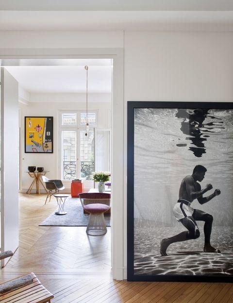 <p>Es lo que consigue en el recibidor la edición limitada de la serie de fotografías <i>Ali Underwater</i> del famoso boxeador, obra del foto-periodista americano Flip Schulke. Una puerta conduce al salón que, rodeado de ventanales con balcones, destaca por su gran luminosidad.&nbsp;</p>