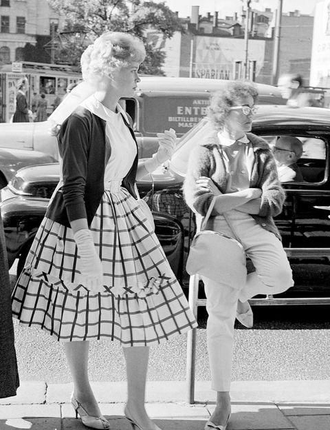 <p>Perfecta imagen para reflejar cómo vestía tu madre el año que naciste. En <strong>1960</strong>, aún el estilo pin up era fuerte en los looks femeninos.</p>
