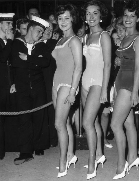 <p>Así eran los bañadores que llevaba tu madre (o casi) en <strong>1962.</strong>&nbsp;De una pieza y muy recatados, pero todo un cambio para los años que corrían.</p>