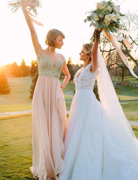 """<p>Taylor Swift fue dama de honor en la boda de su amiga de la infancia Brittany Maack con Benjamin La Manna. La cantante eligió este espectacular diseño de Reem Acra para acompañar a la novia, que también vestía de esta firma. """"A ella la conocí cuando sólo tenía 10 días de vida y a él cuando estaba en la guardería. Ahora se han casado y soy la dama de honor más feliz del mundo"""", afirma Taylor en las redes sociales.</p>"""