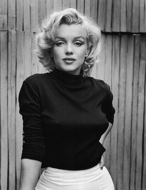 <p>Es el seudónimo de Norma Jean Baker, y lo eligió por la actriz Marilyn Miller y por el apellido de soltera de su madre, Monroe, aunque su intención inicial era llamarse Jena Adair. Su segundo matrimonio con el jugador de béisbol Joe DiMaggio estuvo lleno de episodios de celos por parte de su esposo; de hecho, una noche, Joe y Frank Sinatra asaltaron una casa para sorprender a Marilyn con otro hombre, pero se equivocaron de vivienda y le dieron a una señora el susto de su vida. </p>