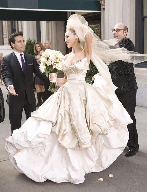 <p>Fueron muchos los 'outfits' que hicieron de esta una serie mítica en el campo de lo 'fashionista', pero el vestido de boda que lució Sarah Jessica Parker en el filme fue la culminación. Es obra de Vivienne Westwood y uno de sus diseños más apreciados.</p>