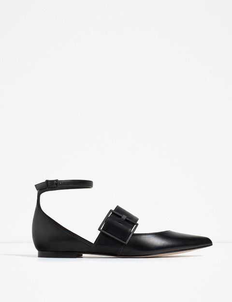 <p>De piel con hebilla en negro, de <strong>Zara</strong> (49,95 €).</p>