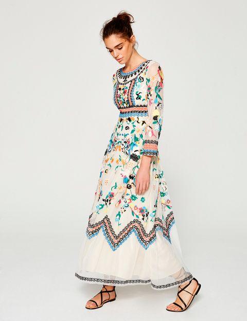 <p>Vestido con largo tobillero y bordados (228 €), de Mioh.</p>