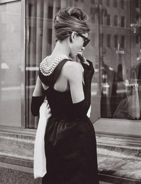 <p>Ha tenido cientos de copias, en versión vestido de noche, LBD e incluso vestido de novia, pero el Givenchy que luce Audrey Hepburn en esta peli de 1961 es, simplemente, único. Prácticamente el vestido perfecto.</p>