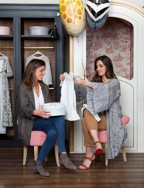 <p>Sara, recibiendo ropa de regalo de Bonnet à Pompon.</p>
