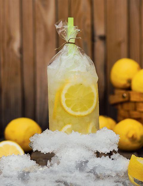 <p>La terraza del hostel <strong>The Hat</strong> es una de las favoritas del verano de los madrileños, y no sólo por las vistas, también por los divertidos cócteles Hard Candy que sirven en ella. Su presentación en bolsas resulta de lo más original y entre sus sabores podemos encontrar Jager &amp; Mr. Hyde, Castizo, Mojitown, Russian Berry o nuestro favorito, <strong>Yellow submarine</strong>, del que te dejamos la receta.</p><p><strong>Ingredientes:</strong></p><p>- 5 cl de ginebra seca.</p><p>- 3 cl de zumo natural.</p><p>- 1 cl de clara de huevo.</p><p>- 2 cl de azúcar líquido.</p><p>- Soda.</p><p>- 2 gotas de angostura de limón.</p><p>- Hielo pilé.</p><p><strong>Elaboración:</strong></p><p>En una coctelera con hielo pilé echa todos los ingredientes y la agita con fuerza. Una vez tengas la mezcla sirve el contenido en una bolsita de plástico y decora con rodajas de limón.</p><p>Es perfecto&nbsp;para bailar cuando escuchas a los Beatles.</p>