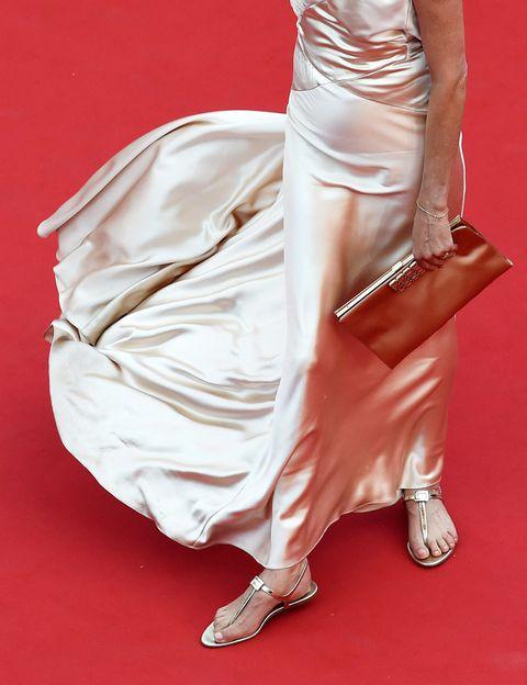 """<p>Tratándose del festival de Cannes, los zapatos ideales no podrían ser otros que unas sandalias planas al estilo de <strong>Inès de la Fressange</strong>: en su edición 2015, <a href=""""http://www.elle.es/star-style/news/cannes-boicot-al-tacon"""" target=""""_blank"""">el festival desató la polémica </a>al expulsar a un grupo de mujeres de la alfombra roja por no llevar tacones. Algunas actrices como Emily Blunt llamaron inmediatamente al boicot luciendo calzado plano. ¿Repetirán este año?</p>"""