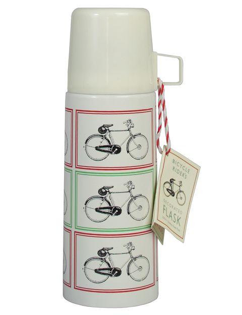 """<p>Termo con estampado 'vintage' de bicis en rojo y verde (12,95 euros), en <strong><a href=""""https://www.dotcomgiftshop.com/"""" target=""""_blank"""">www.dotcomgiftshop.com</a></strong></p>"""