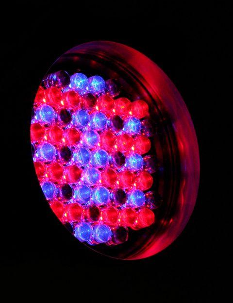 """<p>¿Una luz que mejora tu piel? La tecnología LED no solo sirve para hacer bombillas más duraderas, sino que también tiene <a href=""""http://www.elle.es/belleza/cara-cuerpo/luz-led-piel"""" target=""""_blank"""">un sinfín de aplicaciones cosméticas</a>, entre ellas tratar el acné y las arrugas. Todo se lo debemos a la NASA, que fue quien lideró los primeros estudios que demostraron que las células expuestas a este tipo de luz crecían entre 150 y 200 veces más rápido que las que no lo habían estado.</p>"""