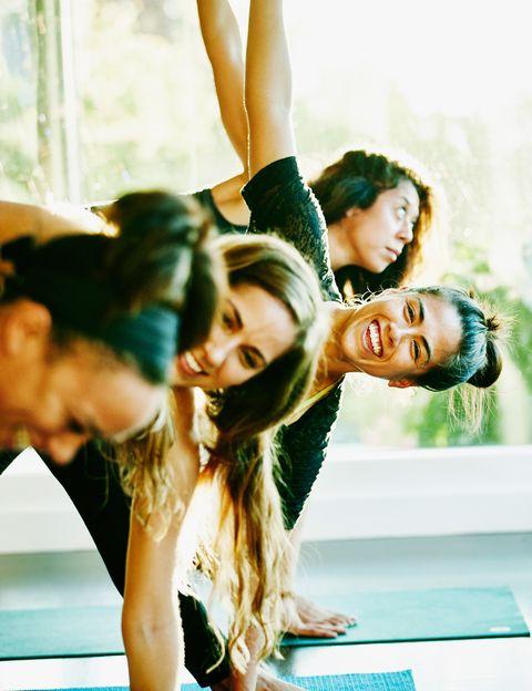 """<p>Más conocido como Vinyasa, este estilo de yoga es una alternativa ideal para hacer un ejercicio suave pero activo. <strong>Dinámico y creativo, combina la respiración con el movimiento en una especie de baile sincronizado</strong> que te llevará de forma fluida de una asana a otra. Al final, siempre harás una relajación. Cada clase será diferente y tendrá un objetivo: trabajar las piernas, la espalda, el equilibrio, hacer extensiones, torsiones… <strong>Beneficios.</strong> Practicando Yoga Flow llegarás a hacer un ejercicio cardiovascular suave, mejorarás tu postura y conseguirás calma y equilibrio interno, además de <strong>tonificar y estirar de forma equilibrada cada músculo de tu cuerpo</strong>, algo que no consigues practicando running. <strong>Psst.</strong> Vinyasa es un estilo de que te hará cambiar de opinión si piensas que el yoga es un ejercicio demasiado estático y aburrido. Dónde. En <a href=""""http://www.zentroyoga.com/"""" target=""""_blank"""">Zentro Urban Yoga</a> o <a href=""""http://www.aomm.tv/"""" target=""""_blank"""">Aomm.tv</a>.</p><p>&nbsp;</p>"""