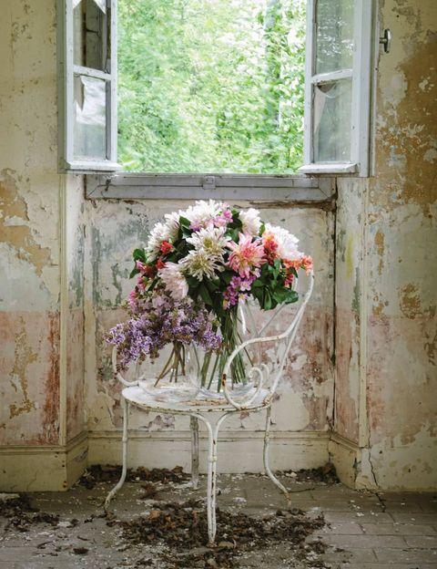 <p>Con su belleza, son capaces de realzar los ambientes más decadentes. Para muestra, esta imagen, donde dos preciosos bouquets de Sia con flores silvestres se llevan todo el protagonismo.</p>