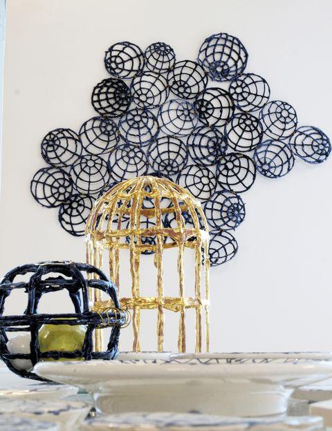 """<p>En """"El botín de la bucanera"""", la diseñadora Gala Fernández exhibe los""""trofeos"""" de sus recientes aventuras creativas, como estas piezas de su colección de cerámica """"Not Straight Worlds"""". Con esta muestra se inaugura la Bergman Rd. Gallery. Marbella. Hasta el 31 de julio.</p>"""