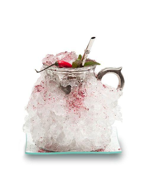 <p><strong>Ingredientes:</strong></p><p>- 1 bolsita de menta</p><p>- 5 cl de ron blanco</p><p>- Soda</p><p>- 1/2 lima en gajos</p><p>- 2 cucharadas de postre de azúcar</p><p>- Hielo picado</p><p>&nbsp;</p><p><strong>Modo de preparación:</strong></p><p>En un vaso de mojito colocamos una bolsita de menta de lateterazul y 1/2 lima en gajos. Macera la mezcla presionando contra el fondo y con rotación suave hasta extraer el jugo de la lima. Añade el azúcar y mézclalo. Echa el hielo picado y el ron blanco y remueve con una cucharilla. Por último, completa el vaso añadiendo soda hasta el borde.</p>