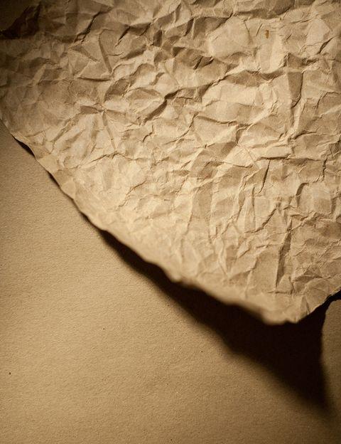 <p>Sí, concretamente el papel. Es más importante de lo que crees y el 30-40% de esta materia acaba en la basura orgánica, no en el punto de recogida. Reciclar papel ahorra, según Greenpeace, un 74% de los gases contaminantes y reduce la suciedad de las aguas en un 35%. Fíjate en pequeños detalles como no usar servilletas de papel sino de tela; o no usar papel de wc para usos que no corresponden: cada español consume 16 kilos de papel higiénico al año que acaban en vertederos y en el mar.</p>